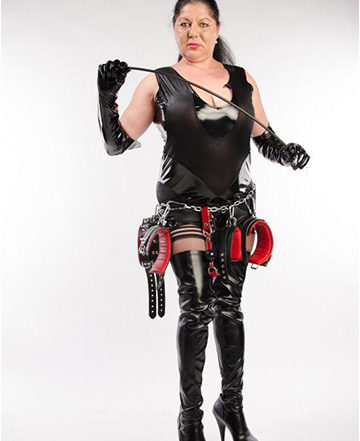 DOMINA MIHAELA BEI WWW.SEXSTERN.AT